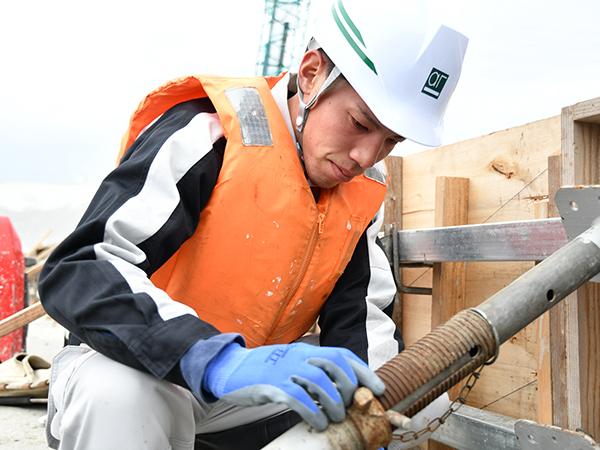 職人さんに指示を出したり、現場の機材をチェックしたり、お互いスムーズに作業がはかどるよう、行ったり来たり